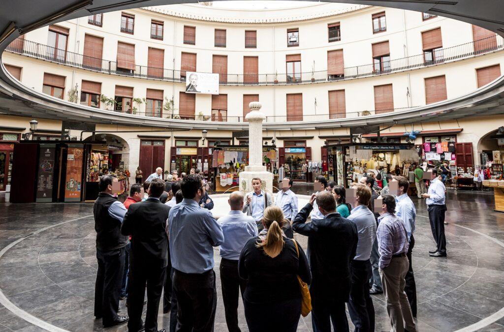 """Gruppe besichtigt den Platz """"Plaza Redonda"""" bei Stadtführung in Valencia auf Deutsch"""